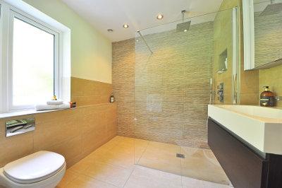 Badezimmer mit eingebauter Duschabtrennung aus Glas (Duschwand)
